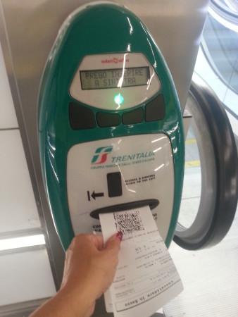 Eine der Stempelmaschinen für die Entwertung von Trenitalia-Fahrkarten, wie man sie an Bahnhöfen finden kann