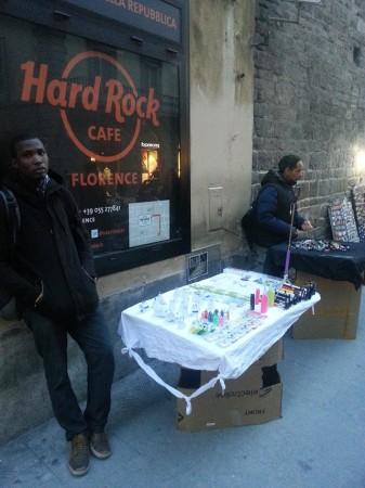 Vendeurs abusifs dans le centre à Florence